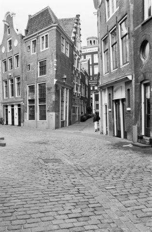 Oudekerksplein / Enge Kerksteeg in Amsterdam. The Oudekerksplein is a square in the center of Amsterdam. The square is wedged between the Warmoesstraat and Oudezijds Voorburgwal canal. It is named after the 14th-century church Oude Kerk which dominates the square. Photo Rijksdienst voor het Cultureel Erfgoed / G. J. Dukker. #amsterdam #historicsites #oudekerksplein