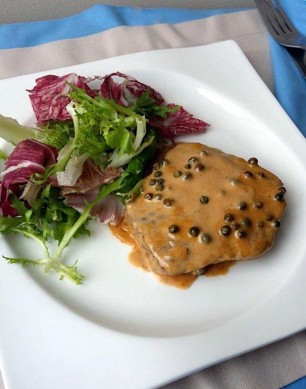 Se tem uma coisa que eu adoro fazer é escolher as receitas mais fáceis mas que impressionam. O Steak au poivre vert, ou simplesmente filé com molho de pimenta verde, é um prato francês super tradic…
