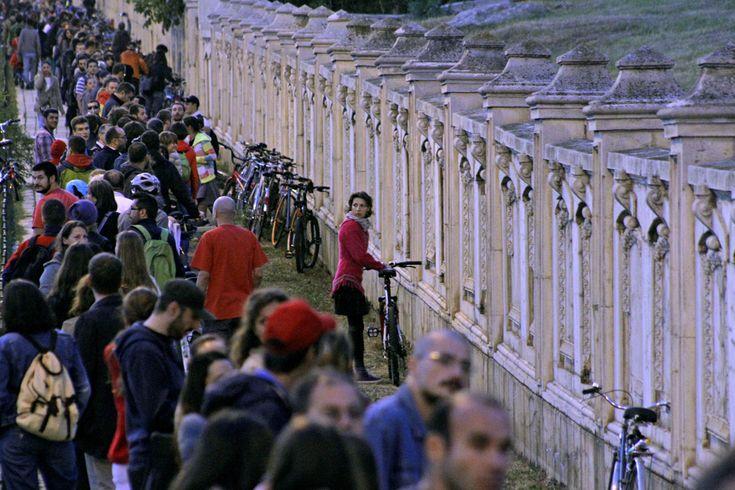 Oameni participă la un protest faţă de proiectul Roşia Montană, în Bucureşti, sâmbătă, 21 septembrie 2013. Mii de oameni au format un lanţ în jurul Palatului Parlamentului, timp de aproape o oră, în semn de protest faţă de proiectul minier de la Roşia Montană, discutat de Legislativ. (  Adriana Neagoe / Mediafax Foto  ) - See more at: http://zoom.mediafax.ro/news/protestele-lunii-septembrie-11383258#sthash.esA6UFQJ.dpuf