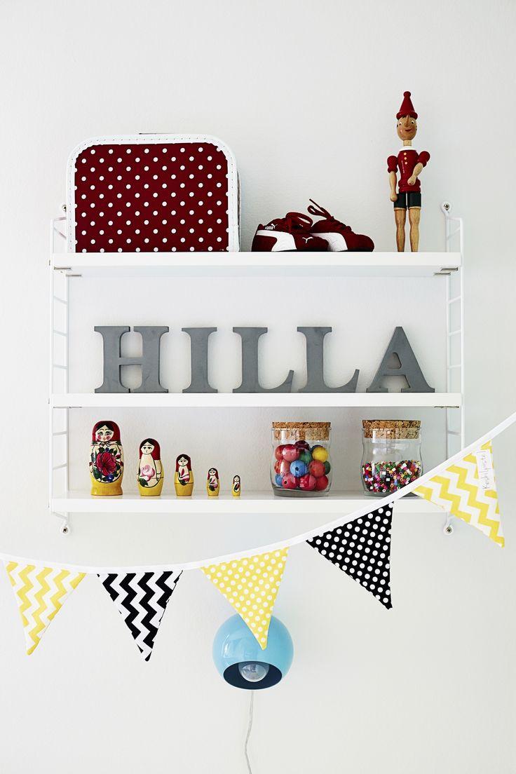 Hyllykkö lastenhuoneessa. A shelf in a nursery. | Unelmien Talo&Koti Kuva: Krista Keltanen Toimittaja: Riina Ahtola