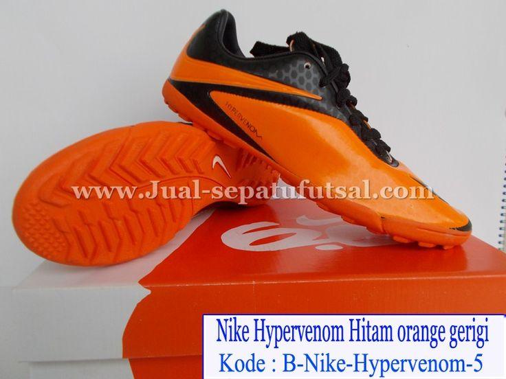Sepatu Futsal Nike Hypervenom Gerigi Model terbaru dari produk nike sepatu yang digunakan oleh bintang brazil dan barcelona Neymar, Memiliki desain yang garang cocok sekali dipakai untuk lapangan rumput atau lapangan sintetis kami sediakan dengan harga yang terjangkau dan murah