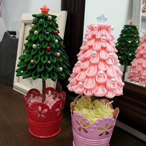 ピンクのツリーは丸つまみで試作品で家に飾っています。緑のツリーは嫁いで行きました。ちゃんとケースに入っていて誇りや湿気から守ります。 枚数が多くて量産が出来なかった。 #つまみ細工#つまみ細工juntytime #クリスマスツリー#クリスマス #プレゼント#かわいい#徳島#鳴門