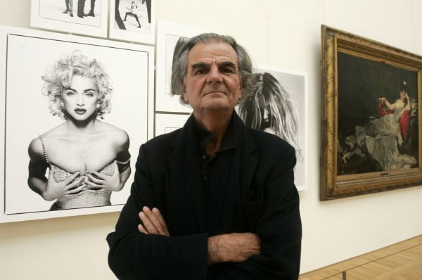 Patrick Demarchelier is a famous photographer who was born 21 August 1943 near Paris a modest family, he spent his childhood in Le Havre with his mother and four brothers.  In 1975, he left Paris for New York to follow his girlfriend. He discovered fashion photography by working as a freelance photographer and learning and working with famous photographers such as Henri Cartier-Bresson, Terry King, and Jacque Guilbert. His work drew the attention of Elle, Marie Claire and 20 Ans Magazine