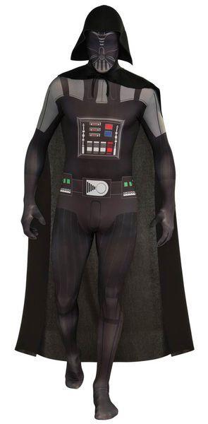 Darth Vader Second Skin sukka-asu on musta ja siinä on hahmolle tyypillisiä yksityiskohtia.     Star Wars logo.  Second Skin Sukka-asu; Darth Vader. Tämä lisensoitu Darth Vader -sukka-asu on kaikista Darth Vader -asuista ehkä miellyttävin päällä.
