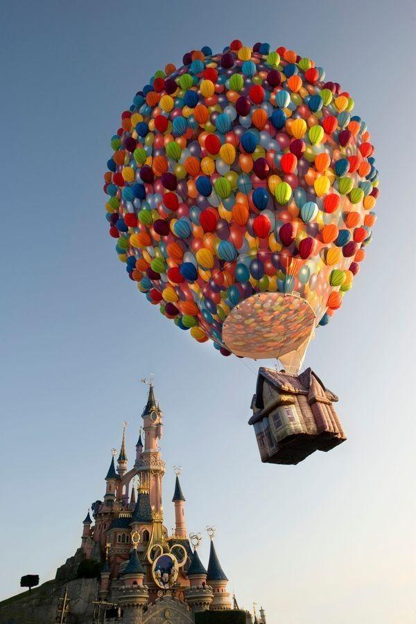 """La montgolfière """"Là-Haut"""" survole Disneyland Paris"""