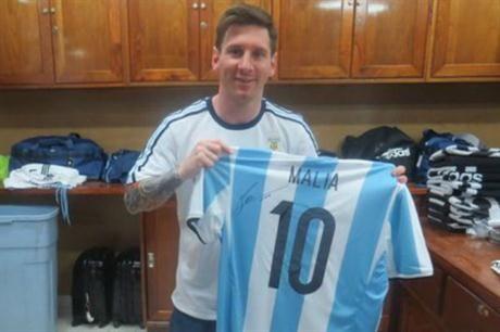El regalo de Messi para las hijas de Obama. Tendrán sus camisetas de la Selección Argentina. April 02, 2016.
