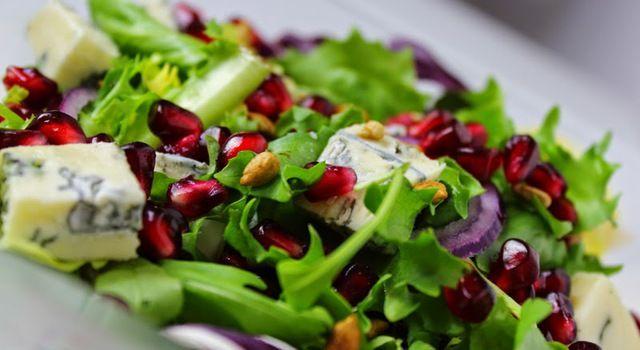 Sałatka z granatem i serem pleśniowym z sosem miodowo-imbirowym
