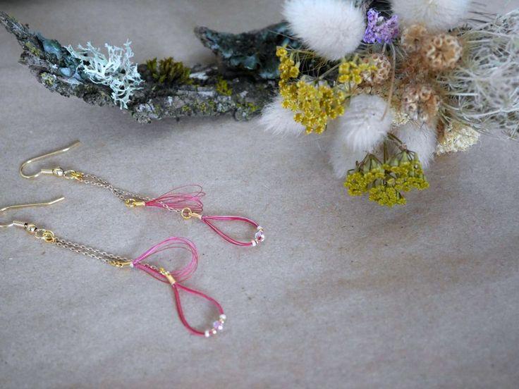 Boucles d'oreilles longues or et crin de cheval rouge via Un P'tit Crin de Folie. Click on the image to see more!