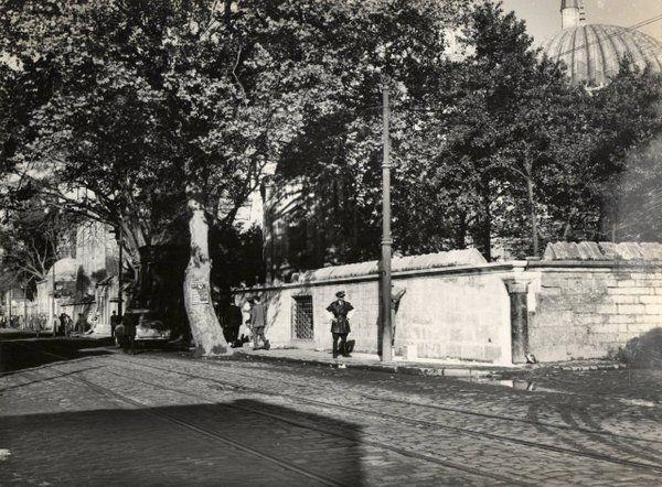 ✿ ❤ Bir zamanlar İstanbul...(istanbul 'un ortası olarak kabul edilen taş (yıl 1958 Şehzadebaşı)