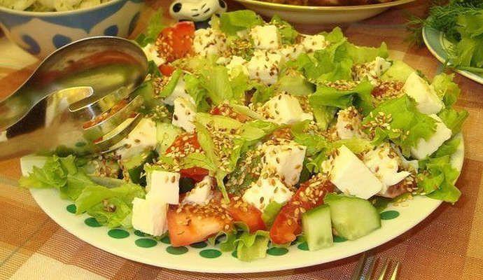 Овощной салат с моцареллой, кунжутом и пикатной заправкой