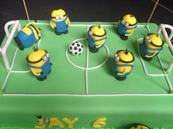 Minions playing soccer - voetbal spelende minions