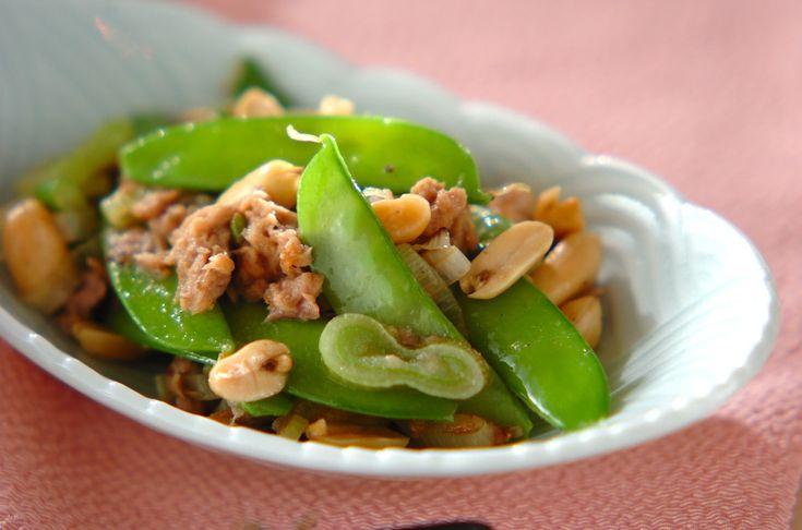 キヌサヤはサッと炒める程度でOK! 色鮮やかな一品です。キヌサヤとピーナッツの塩炒め[中華/炒めもの]2010.04.19公開のレシピです。