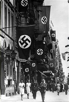 Berlin 1940 Unter den Linden geschmueckt mit Hakenkreuzfahnen (Sieg ueber Frankreich)