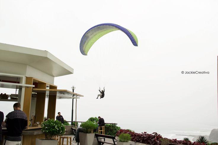 Este parapente justo pasa a lado de Besos Francés Crepería situado en el Malecón de Miraflores... un día muy nublado...  Fotografiado por:©JackieCreativa