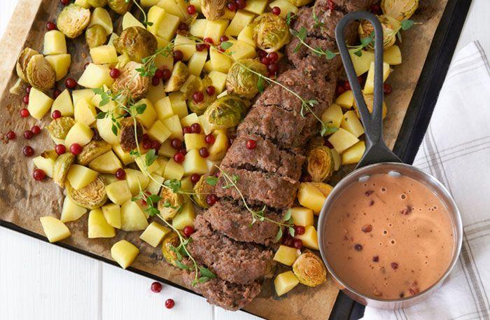 Recept på saftig köttfärslimpa i ugn, här med brysselkål och lingongräddsås. Köttfärslimpa är enkelt att tillaga och kan serveras på många sätt, exempelvis inlindad i bacon eller fylld med fetaost. Här hittar du även goda recept på köttfärslimpa utan både ägg och ströbröd.