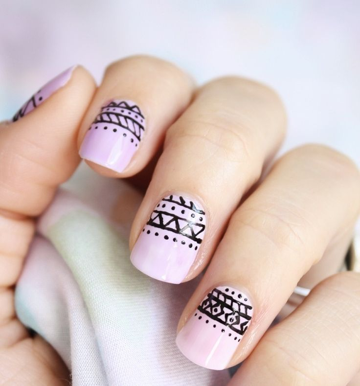 nail art motif aztèque base violette contours noirs