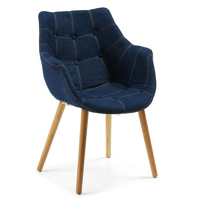 Sillón capitoné con patas de madera Addis. Es un sillón tapizado en tela tejana original y atractivo.