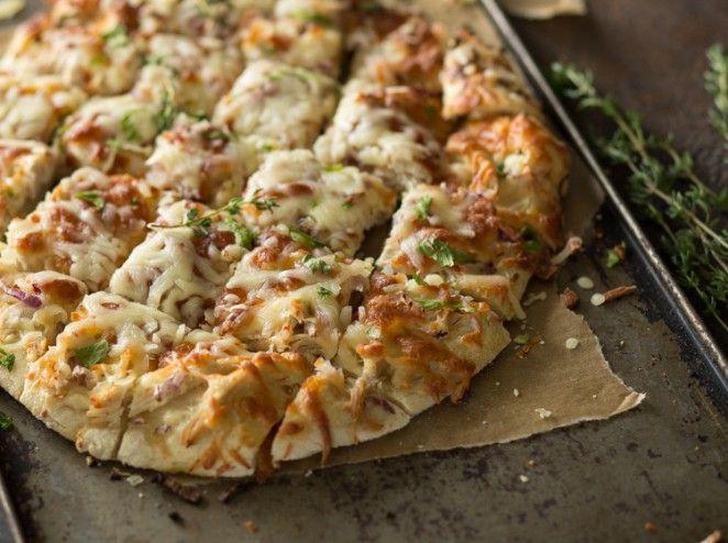 Pizza vom Blech mit Hähnchen, Mozzarella und Kräutern