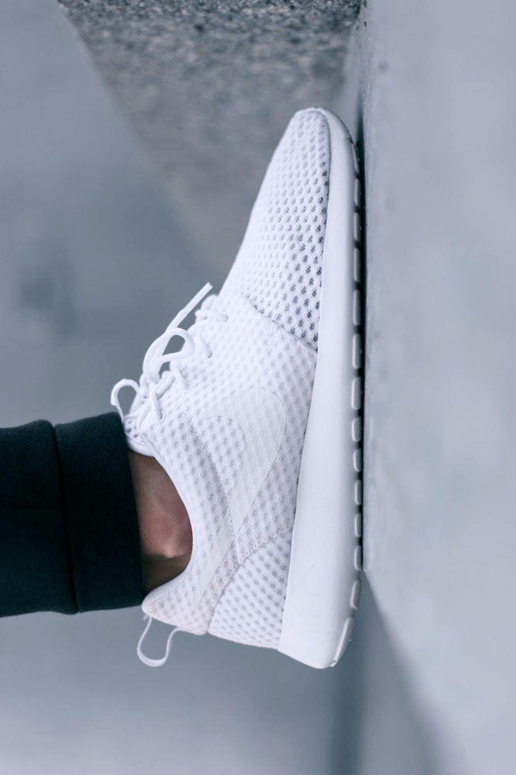 NIKE Roshe Run in All White