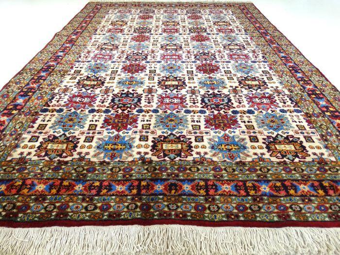 Dit is een handgeknoopt tapijt, gemaakt van duurzame, natuurlijke materialen. Imperfecties in de patronen en de vorm maken dit kleed tot een unicum en benadrukken het authentieke en ambachtelijke karakter.  Dit is een tapijt gemaakt van wol, van hoge kwaliteit, met een lange levensduur. Het betreft hier een gebruikt tapijt, mooier en karaktervoller geworden door het natuurlijke verouderingsproces.  Conditie:                 Prachtige Topstaat. Afmeting:             ca. 287 x 197 cm…