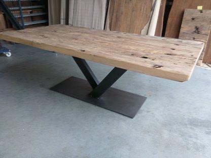 Eiken tafel met v-poot. Massief eiken tafelblad van 6cm dik gemaakt van oude wagondelen. In dit voorbeeld is de tafel 220cm lang en 100cm breed.