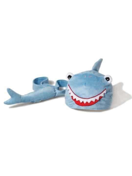 Disfraz de  Tiburón de Oskar & Ellen Oskar & Ellen disfraz de Tiburón Disfraz consistente en un gorro en forma de cabeza de Tiburón y una cola que se ajusta con un velcro. Para disfrazarse en fiestas, la escuela, o simplemente para jugar en casa. Se ajustan a la cabeza a partir del año hasta los ocho o más. Súper fáciles de colocar, son ideales porque el niño se lo puede poner solo y convertirse en un auténtico tiburón en sólo segundos. Características
