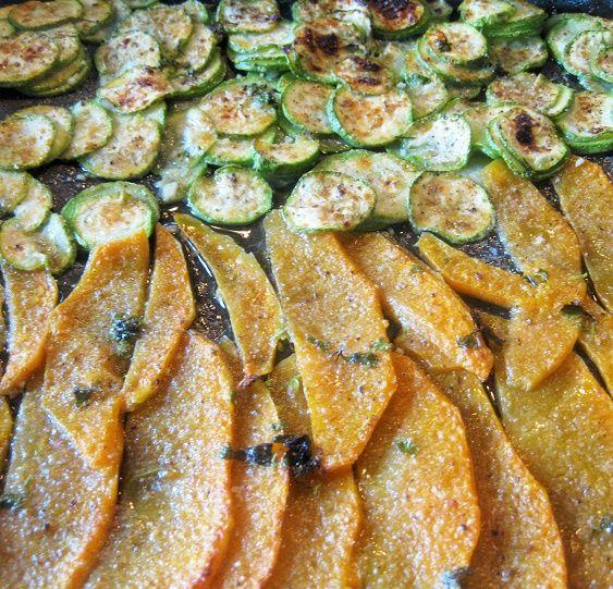 Zucca e zucchine al forno Questo è un contorno che amo in modo particolare, per prepararlo ci vogliono pochi ingredienti e pochi minuti di cottura . Per una versione vegana basta sostituire il formaggio con del pan grattato Ingredienti per 2 persone 2 zucchine di media grandezza 250 g circa di zu