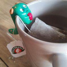Georges - monstre porte sachet de thé modelé à la main, élévé en captivité, en attente d'adoption.