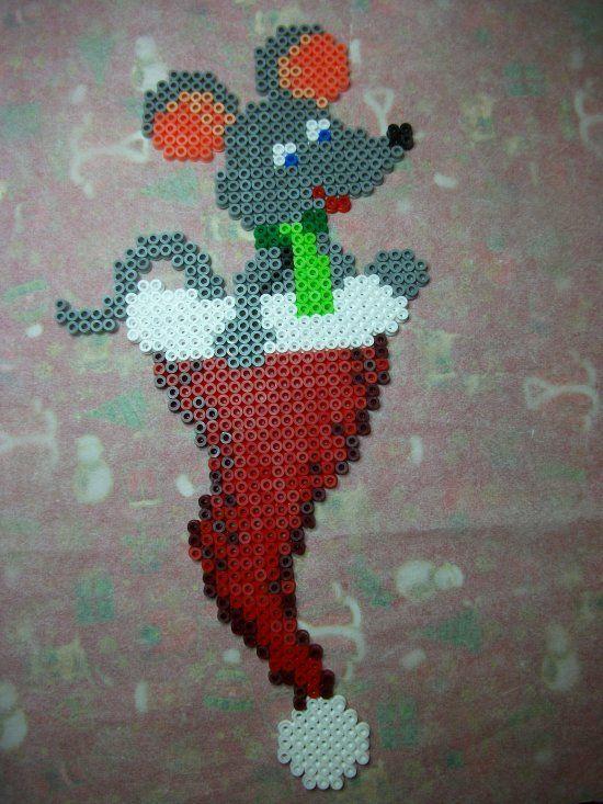 Ma petite souris dans un bonnet de noël en perles Hama http://mes-petites-creations-13.skyrock.com/3237616799-Souris-dans-un-bonnet-de-noel-en-perles-Hama.html