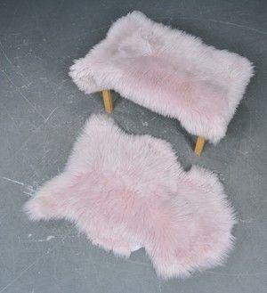 2 lammeskind - indfarvede i en baby-rosa nuance. Tyk og blød kvalitet. <br><br> Modelfotos - bemærk stol medfølger ikke. <br><br>  <br><br>  Mål ca. 90x60 cm.  ( Kan variere let, da det er et naturprodukt.)<br><br> Man kan frit vælge i stakken med de rosa skind <br><br> <br><br>Miljørigtigt og skånsomt produceret uden brug af krom for at beholde uldens naturlige egenskaber. <br><br> 100% naturprodukt og er bio...