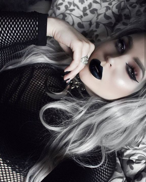 Pin By Vania Bsb On Black Cats In 2020 Gothic Hairstyles Gothic Vampire Vampire Makeup