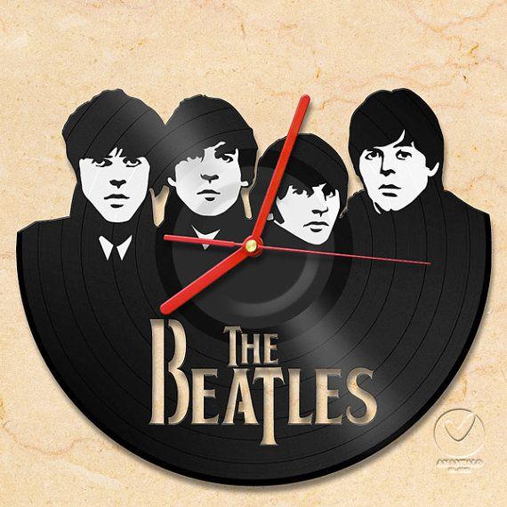 Vinyl Wall Clock. Anant Lopas di Bangkok ha ideato Vinyl Wall Clock, orologi da parete realizzati a mano in vecchi e ricavati da vecchi dischi vinili usati e dedicati ai più famosi gruppi rock. Potete richiederli qui.
