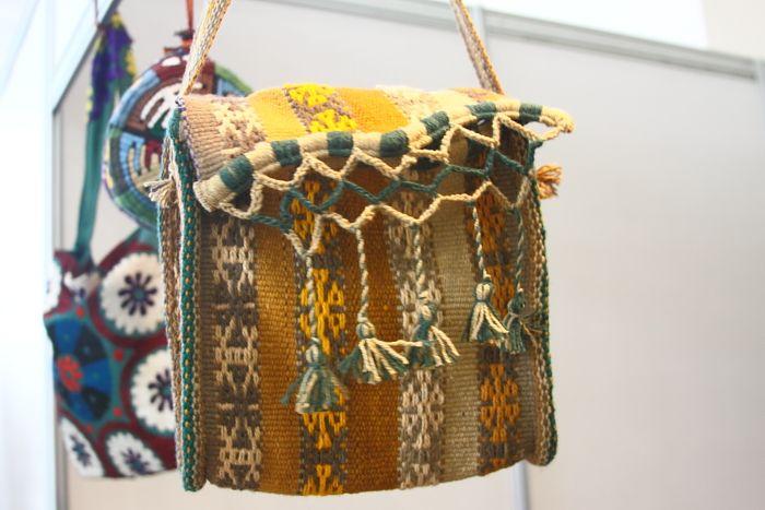"""Мастерицы из Сурхандарьи. Тайна рукотворной ткани """"жанда"""" и волшебные ковры, которые превращаются в сумки"""