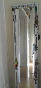 Van een oude spiegeldeur (Ikea) maakte ik een sieraden-rek / sieradenmeubel!   http://creatieeninspiratie.wordpress.com/2014/10/09/zelf-een-sieradenmeubel-gemaakt/