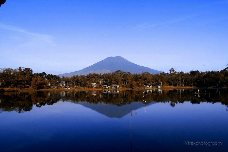 Danau Tebat Gheban dengan latar belakang Gunung Dempo, Pagaralam, Sumatra Selatan, Indonesia. (by fitrek hernando)