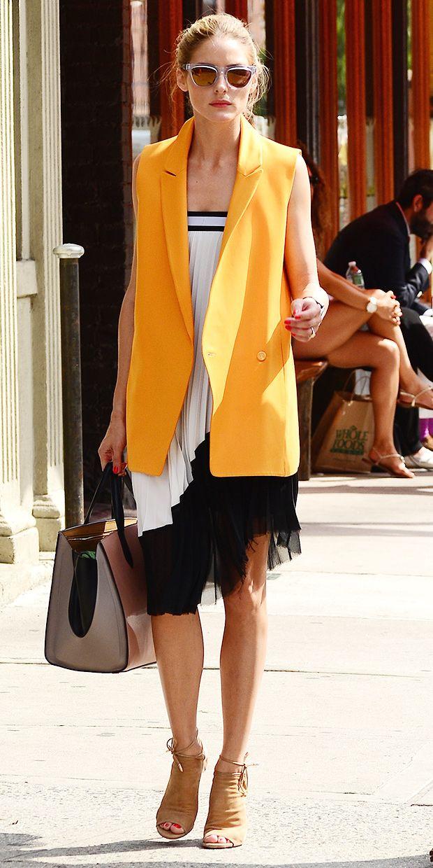 Olivia Palermo vestido plissado e colete laranja