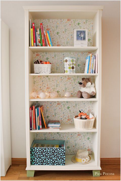 Estantería Markor de Ikea reciclada con chalk paint y papel pintado / Recycled ikea Markor bookcase with chalk paint and wallpaper