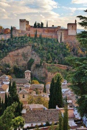La Alhambra desde jardines de la Mezquita Mayor en el Albaicín