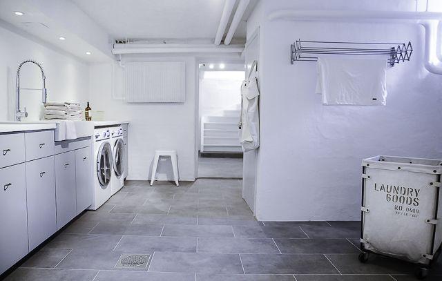 . . . . . . . Hureey – ääntligen är tvättstugan fix och färdig! Åh den är ju bara så fin så det inte är klokt och det är numera ett rent (haha) nöje att hänga i källaren och att tvätta. Ja hela nede