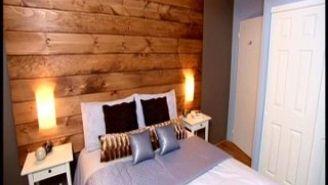 Tête de lit en planches de pin noueux