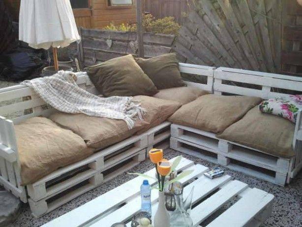 loungebank gemaakt van oude pallets, met kussens van jute zakken.