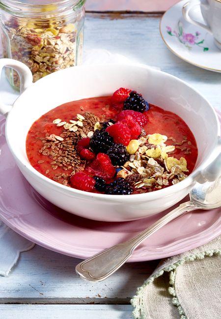 Smoothie-Bowls sind lecker und gesund! Dank Gemüse und Obst gibt sie Power für den Tag.