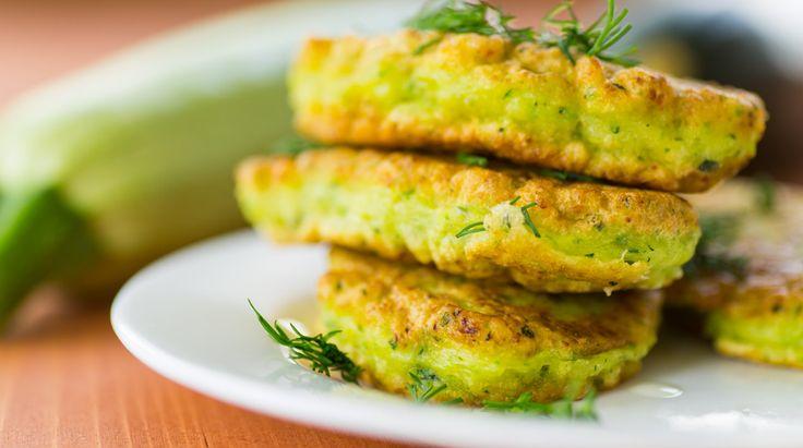 Ricetta per frittelle di zucchine in padella o al forno, con i consigli su come fare la pastella e cuocere queste frittelle salate alle verdure.