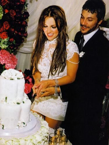 Britney+Spears+Wedding+Cake | Britney Spears Is Cutting the Wedding Cake