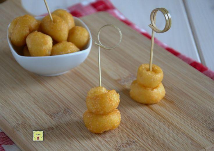 Le palline di parmigiano sono uno sfizioso finger food facile e veloce perfetto per l'aperitivo, come antipasto o per feste e buffet.