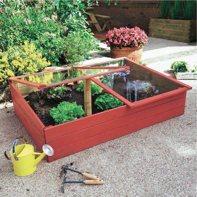 Salades plantées dans un potager en carré rouge installé sur la terrasse, Truffaut