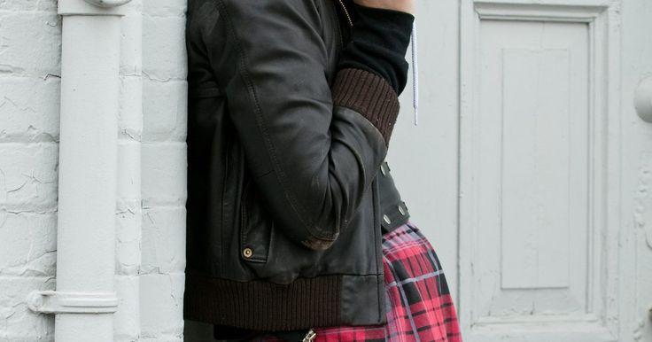 Como colar couro com fita adesiva. Seja para consertar uma carteira, costurar uma jaqueta ou criar um artesanato, o couro é um material bastante durável e bonito para se trabalhar. Apesar de o couro poder ser fixado com a utilização de linha e agulha, esse tecido grosso também pode aderir a si mesmo e a outros materiais com a ajuda de fita adesiva. O segredo é escolher a fita mais ...