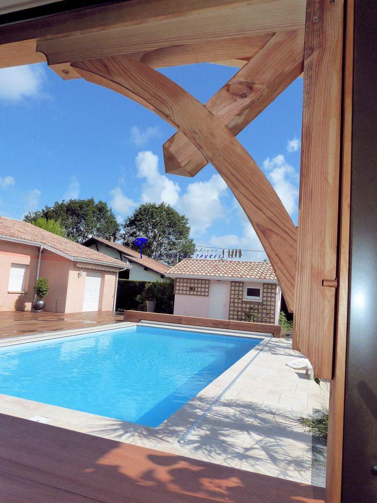 Lien cintré en bois. Cuisine d'été. Piscine et terrasse carrelée.