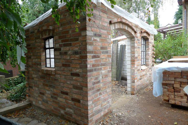 Backsteinhaus als Gartenhütte