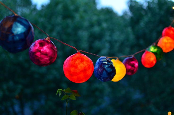 Einfache Anleitung für eine DIY-Lichterkette mit bunten Lampions - ganz einfach selber basteln!